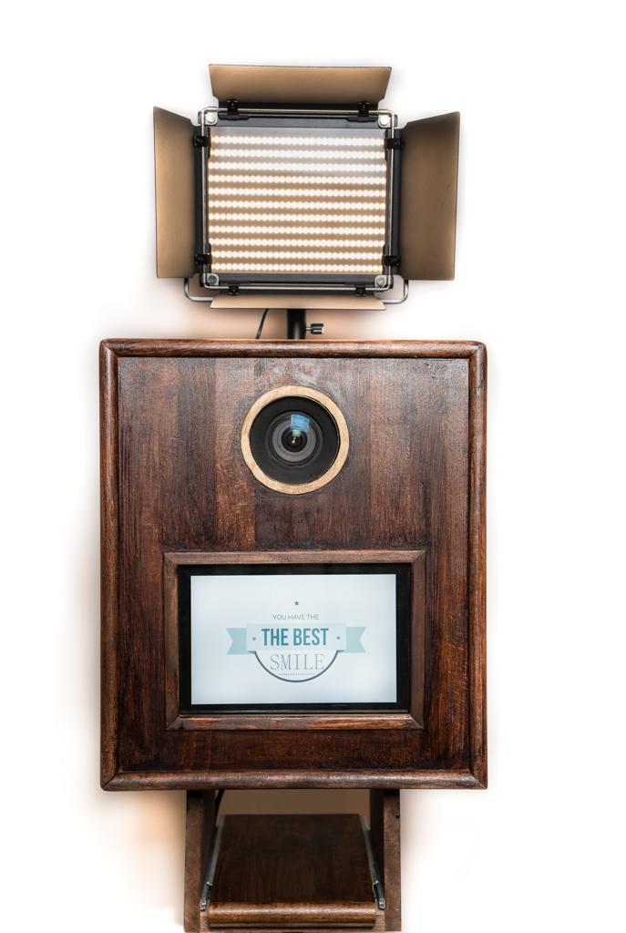 Vintage handgemachte Fotobox aus Holz mit retro Leuchte.